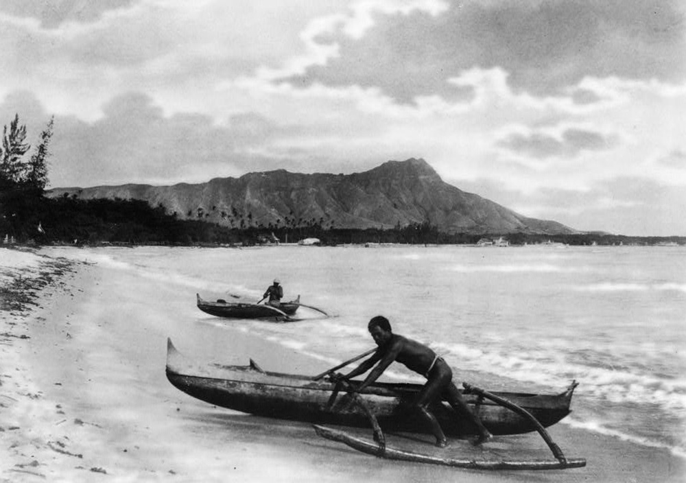 Two natives with outrigger canoes at shoreline, Honolulu, Hawaii, c. 1922. Library of Congress, Prints and Photographs Division.