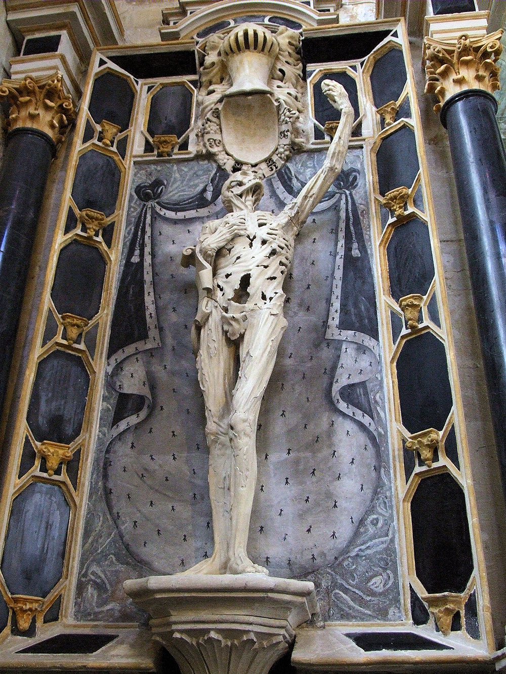 The cadaver tomb of René de Chalon, 2005. Photograph by MOSSOT. Wikimedia Commons.
