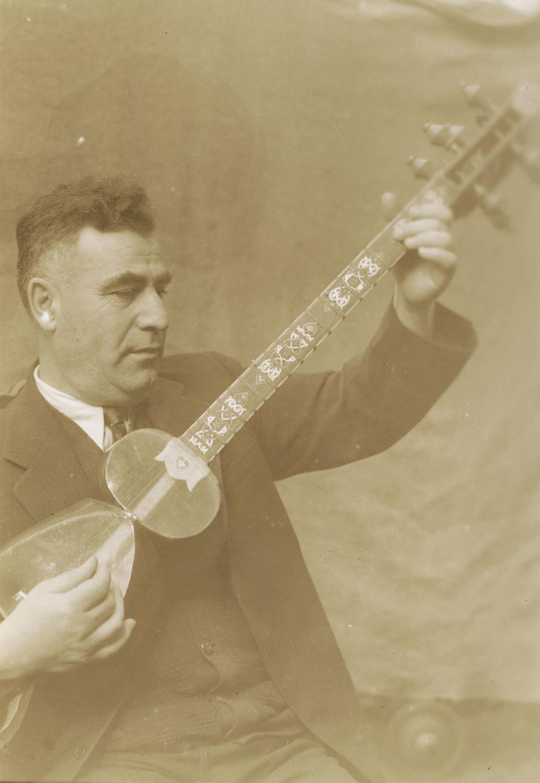 Joe Daniels playing the tar, c. 1939. Photograph by Sidney Robertson Cowell.