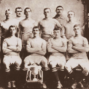 A black and white team photo of the Manchester City 1904 team.