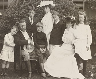 President Theodore Roosevelt and his wife Edith with their family: Quentin, Theodore Jr., Archie, Alice, Kermit, and Ethel, 1903.